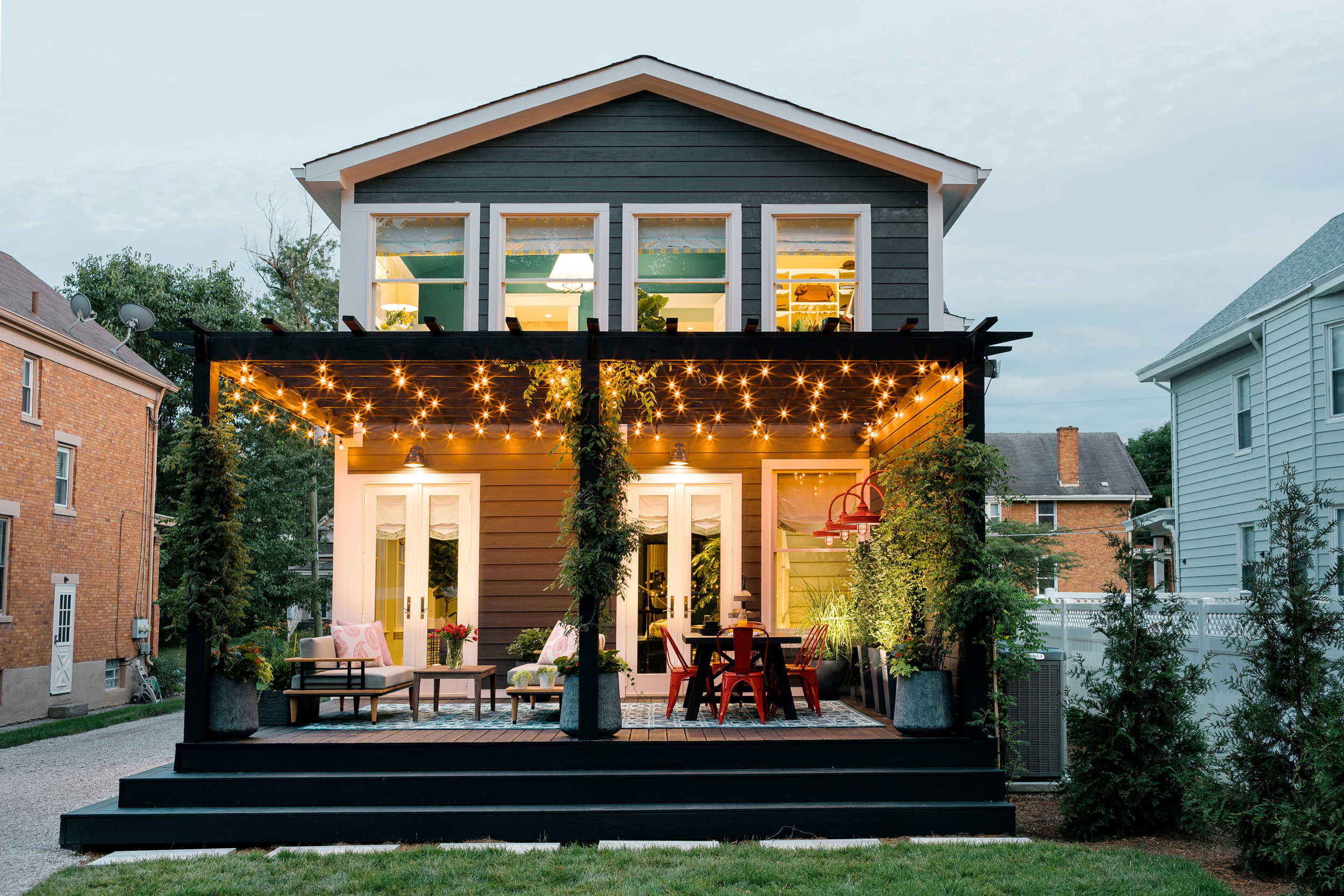 uo2018_backyard-22-back-porch-dusk-lights-KB2A0048_h.jpg