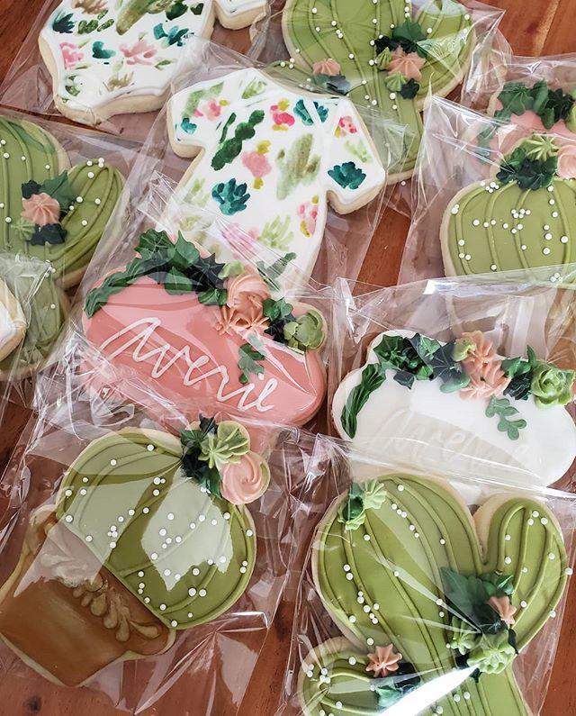 Sweet little cookies for friendor and mommy to be @antonyettephotography 🌵🌸 . . . . . #cookies #sugarcookie #succulents #cactus #cacti #designercookies #cookiefavors #customcookies
