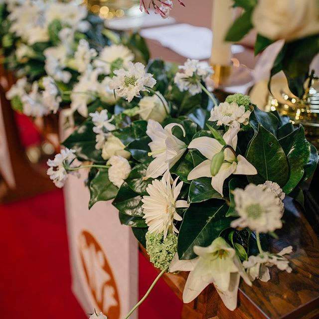 Easter blessings!  Gorgeous magnolia garland on the altar. Photo by Katherine Bree Walker Photography . . . . . @katherinebreewalkerphotography #bayareaweddings #bayareaweddingvenue #churchweddingdecorations #bayareaweddingchurch #easterlilies #magnoliagarland