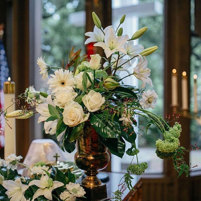 Joyful Easter flowers. . . . . @katherinebreewalkerphotography  #bayareawedding #bayareaweddingchurch #bayareaweddingphotography #bayareaweddingvenue .#easterchurchservice #bayareaflorists #saratogawedding #easterchurchdecor