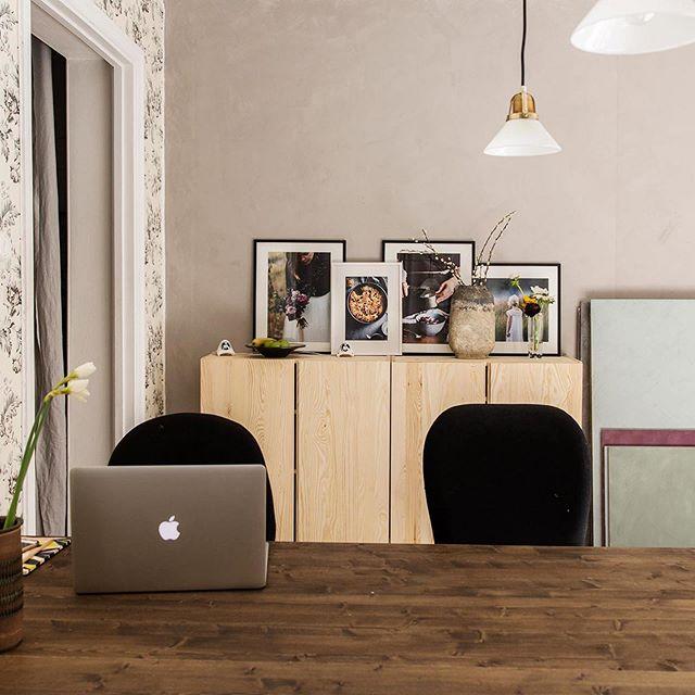 På jakt efter kontorsplats? Nu finns två lediga platser på vårt fina och trevliga frilanskontor med två rum och kök i Midsommarkransen. Vi tre som sitter här jobbar med text, foto, blommor och matstyling. Nu vill vi gärna ha sällskap! Hyra är 3000 för heltid och 2000 för halvtid (ex moms). I hyran ingår el, vatten, internet, larm, skrivare, städning och kaffe/te. Hör av dig till oss på DM eller på fabrikenikransen@gmail.com om du vill sitta med oss!  #fabrikenikransen #frilanskontor