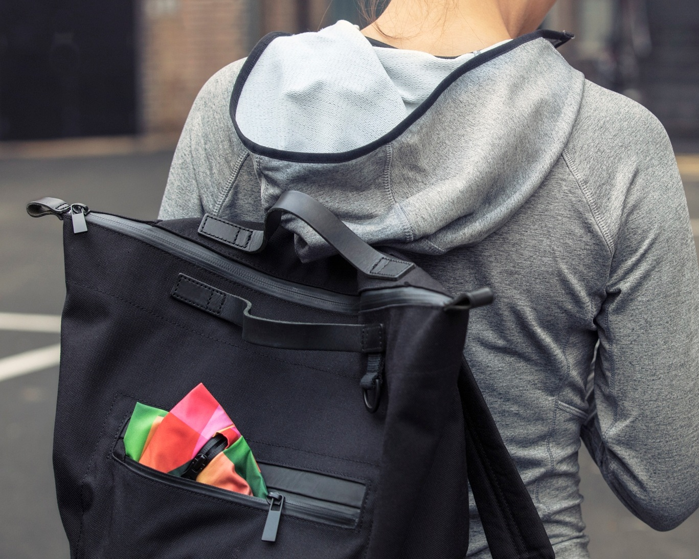 The Weight - With a weight of only 70 grams our bag packs away nicely. With its dimensions of 38 x 32 cm it easily holds all your gym essentials.
