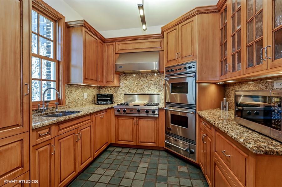 07_1505NorthAstorSt_B_5_Kitchen_LowRes.jpg