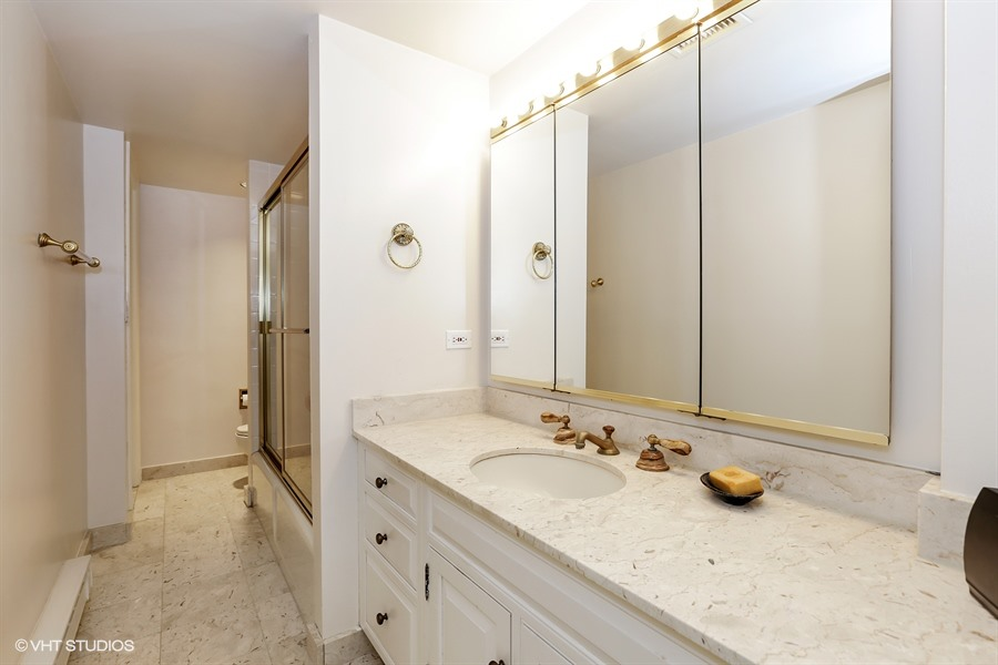 16_1505NorthAstorSt_B_8_Bathroom_LowRes.jpg