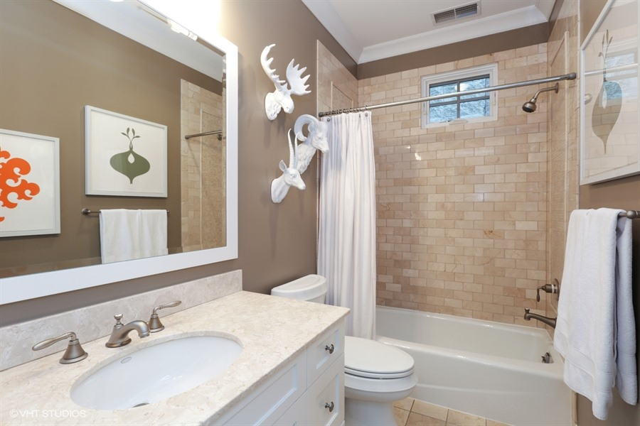17_2307NorthJanssenAve_9_Bathroom_LowRes.jpg