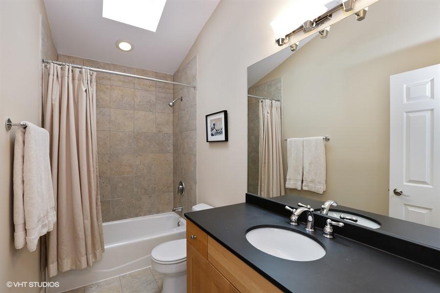 17_2131WestDickensAve_8_Bathroom_LowRes.jpg