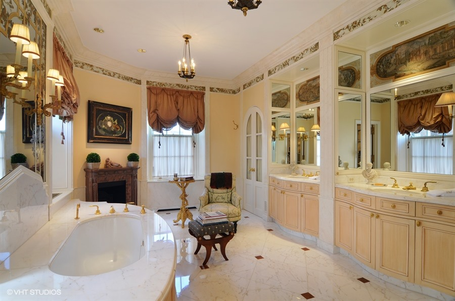 20_2450NorthLakeviewAve_10_168_MasterBathroom_LowRes.jpg