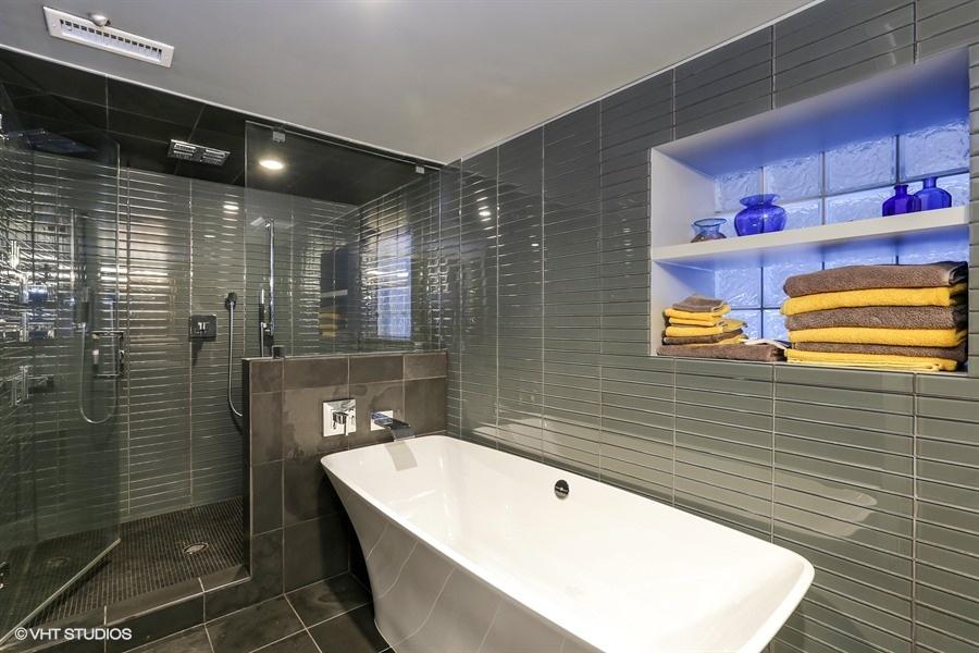 21_2112NorthSheffieldAve_8_Bathroom_LowRes.jpg