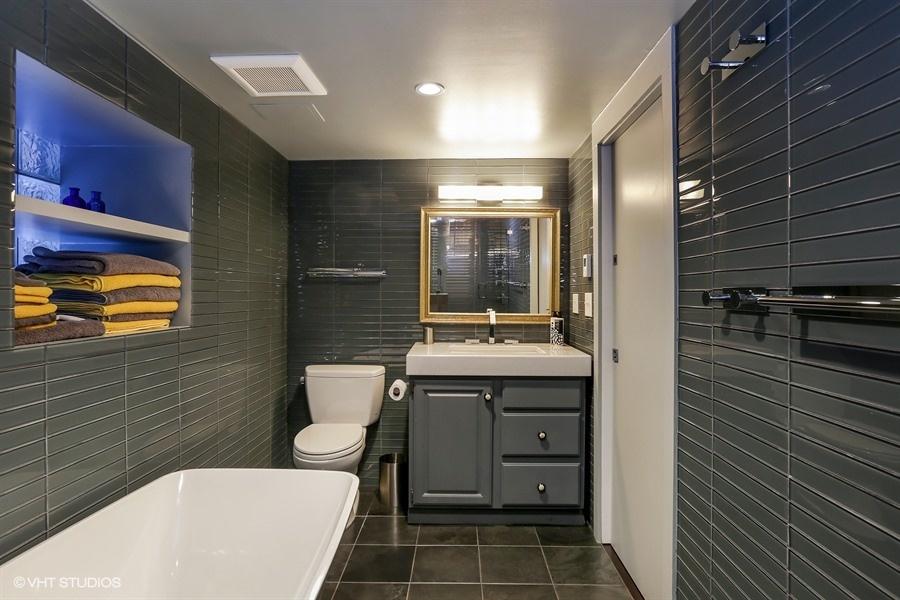 22_2112NorthSheffieldAve_323_Bathroom_LowRes.jpg