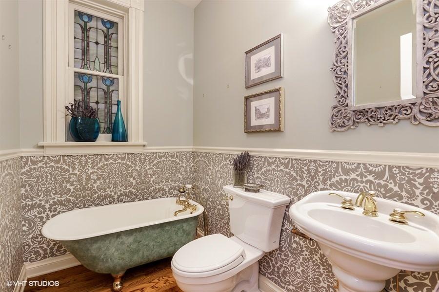 24_2112NorthSheffieldAve_7_Bathroom_LowRes.jpg
