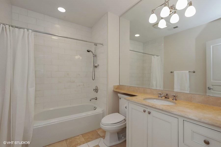 22_2030NDaytonStreet_8_Bathroom_LowRes.jpg