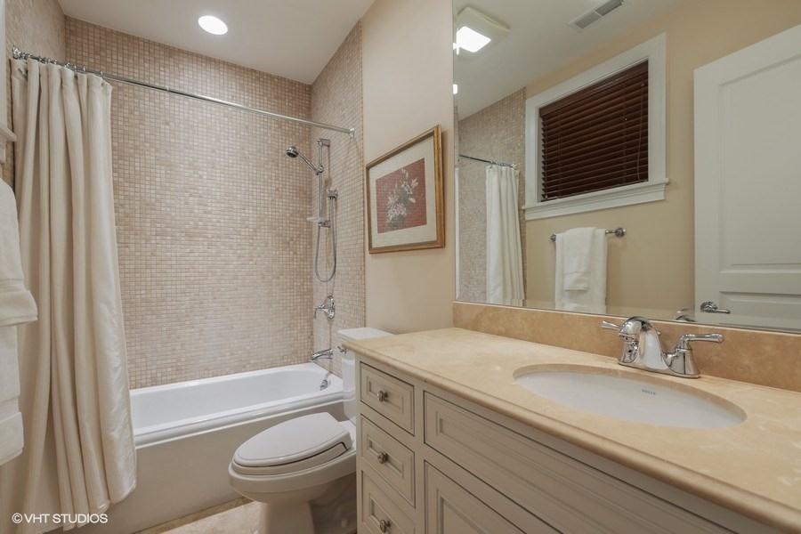 24_2030NDaytonStreet_10_Bathroom_LowRes.jpg