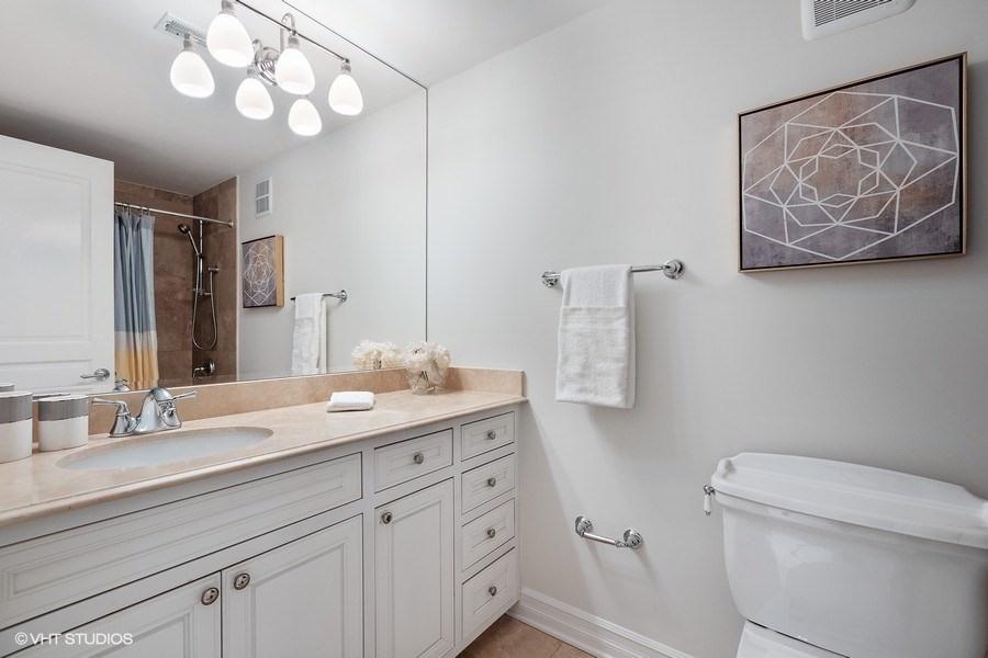 64_2030NDaytonStreet_11_Bathroom_LowRes.jpg