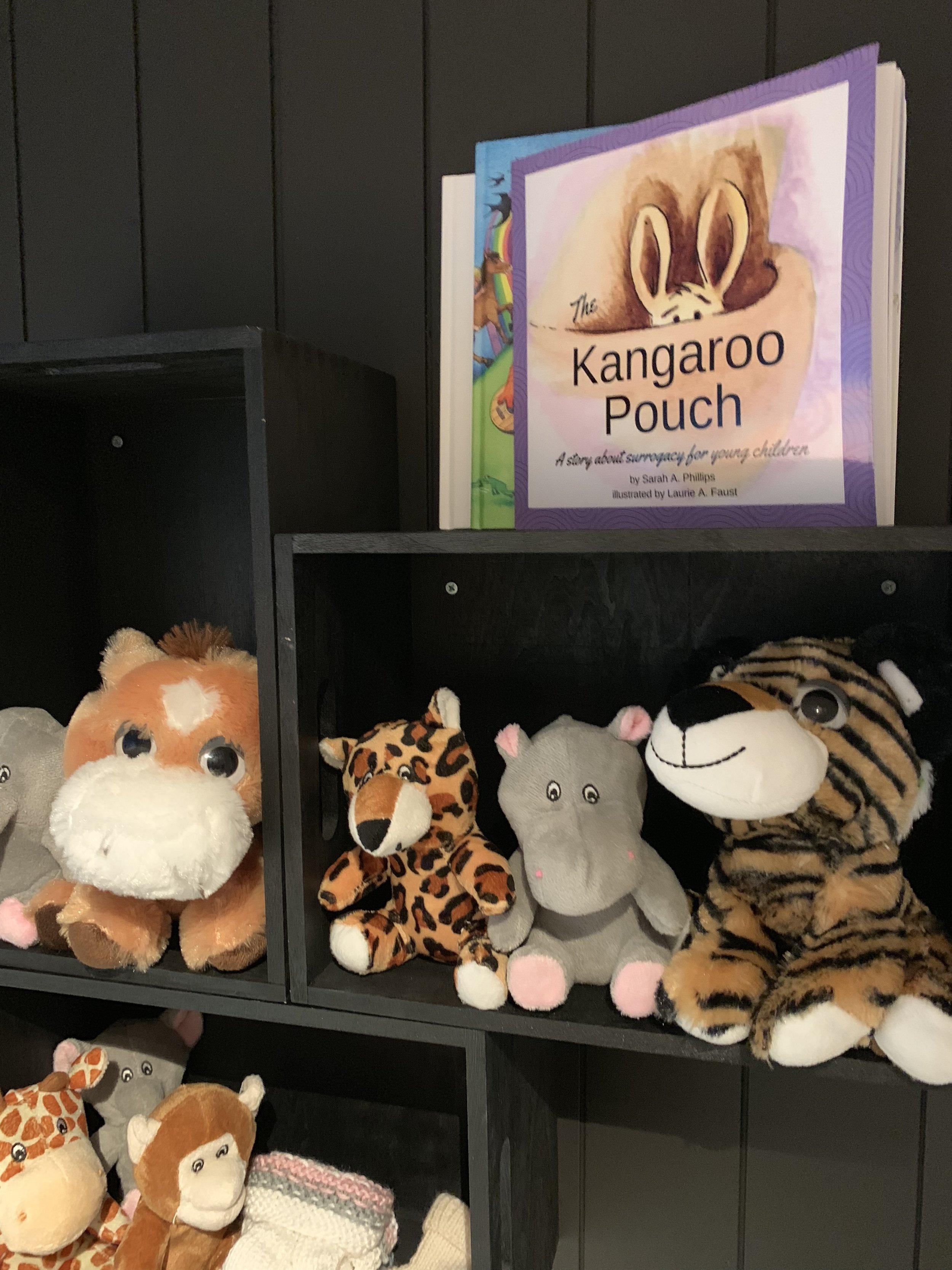 Kangaroo pouch, er en bok for barn, om surrogati.