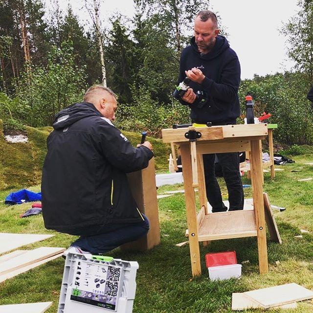 I dyp konsentrasjon over verktøykassa #kk #konkurranse #tv2sommerhytta #sommerhyttatv2 #sommerhytta #verktøykasse #realitytv #sehvadomskjer @tv2norge @tv2sumo #røsneskilen #halden #oslofjorden