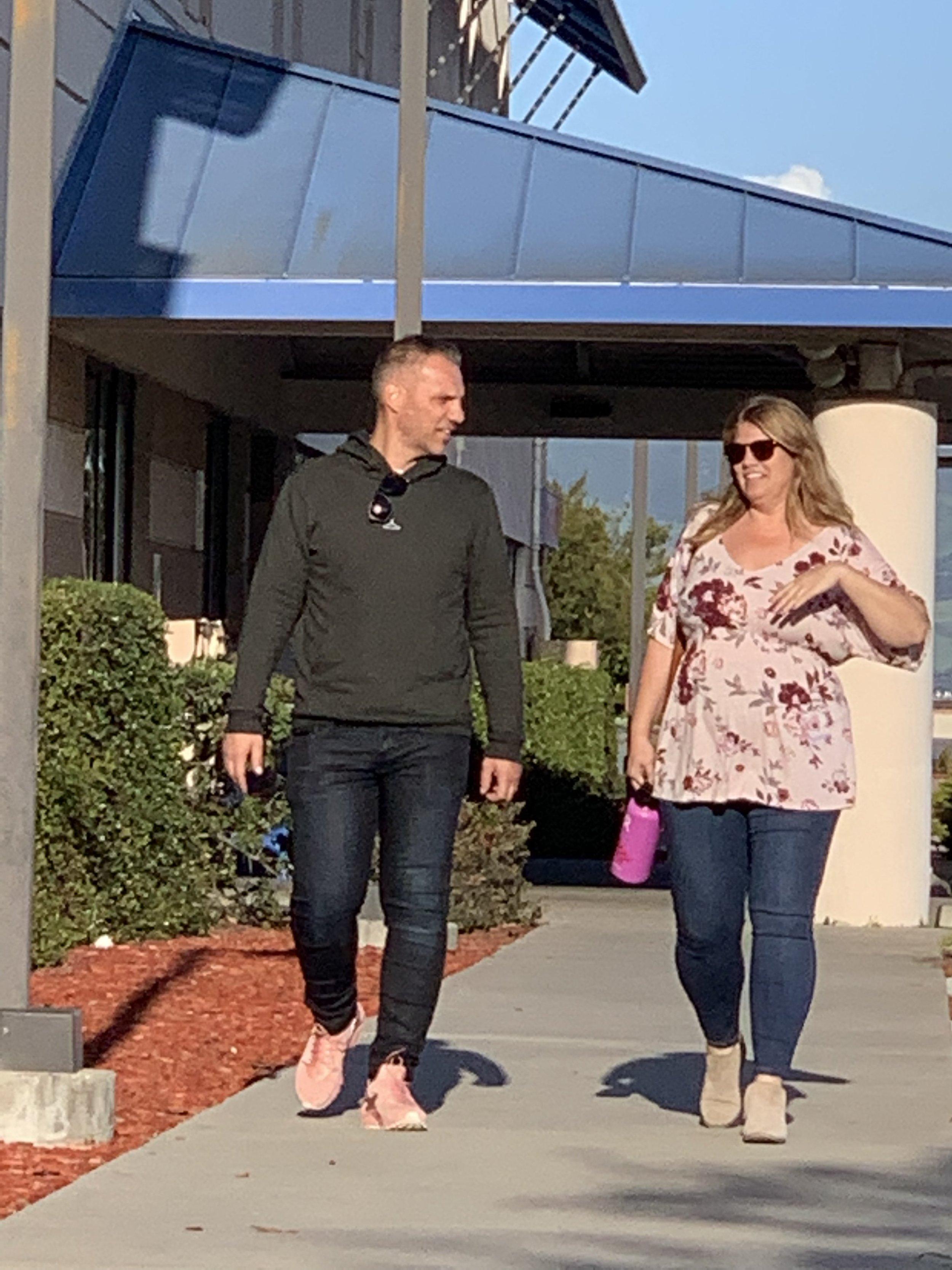 FIN OPPLEVELSE: Kjartan og Megan snakker om omvisningen på vei ut fra sykehuset.