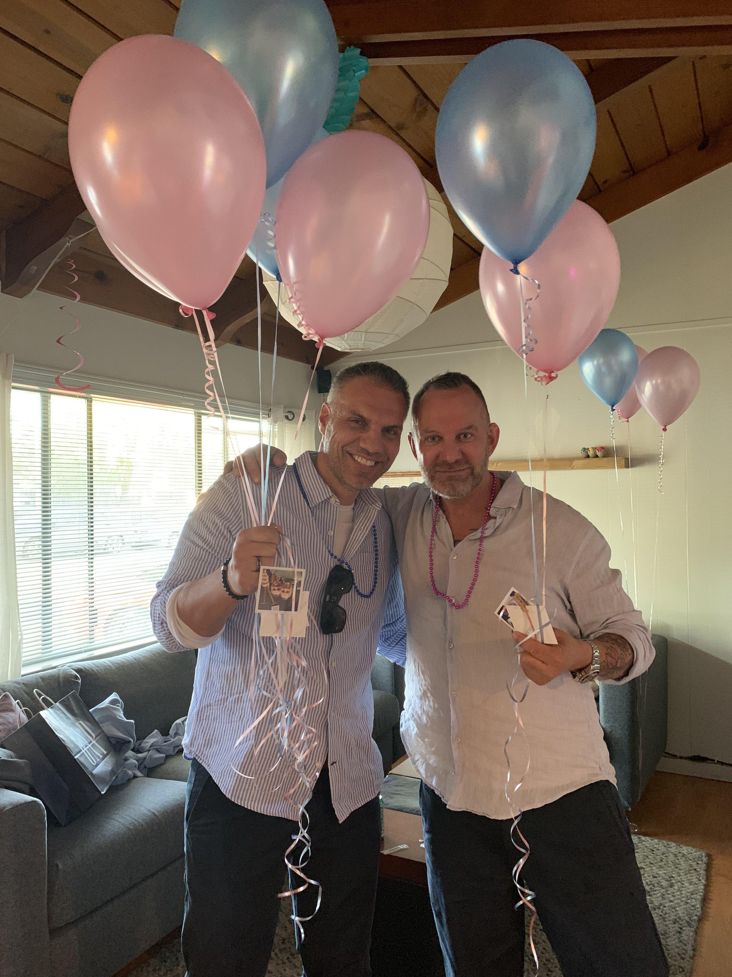 PYNTET HUS: Ballonger med bilder og tekstmeldinger vi hadde utvekslet hang rundt i hele huset.