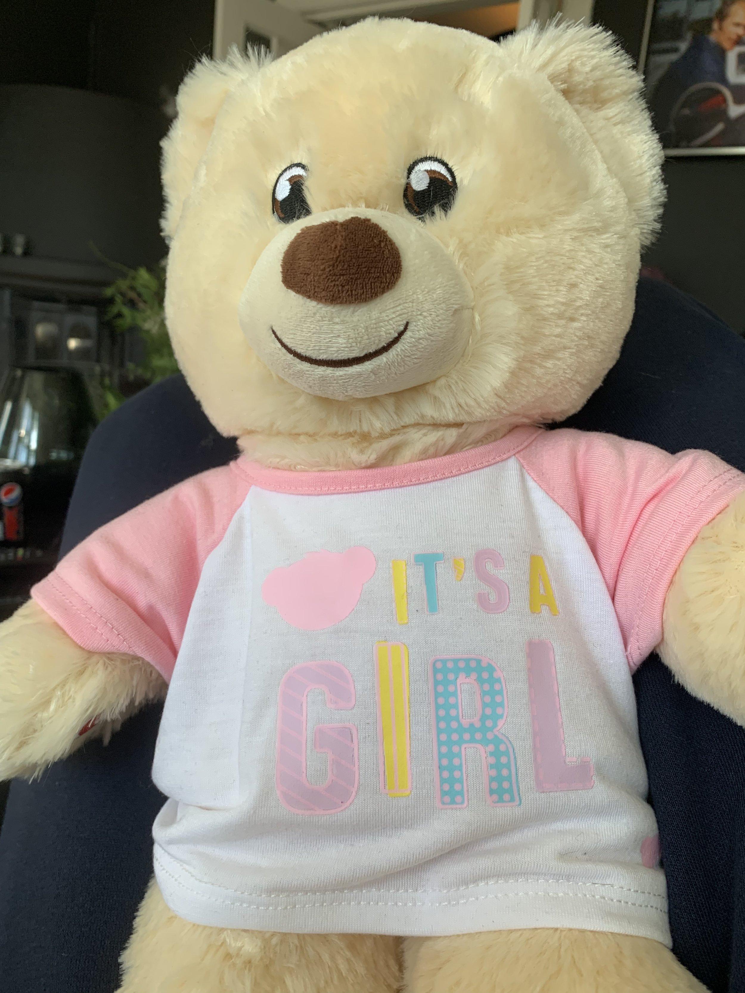 HJERTESLAGENE: Denne bamsen fikk vi i gave fra Megan og familien. Hjerteslagene til babyKK høres når man klemmer på den 💕💕💕