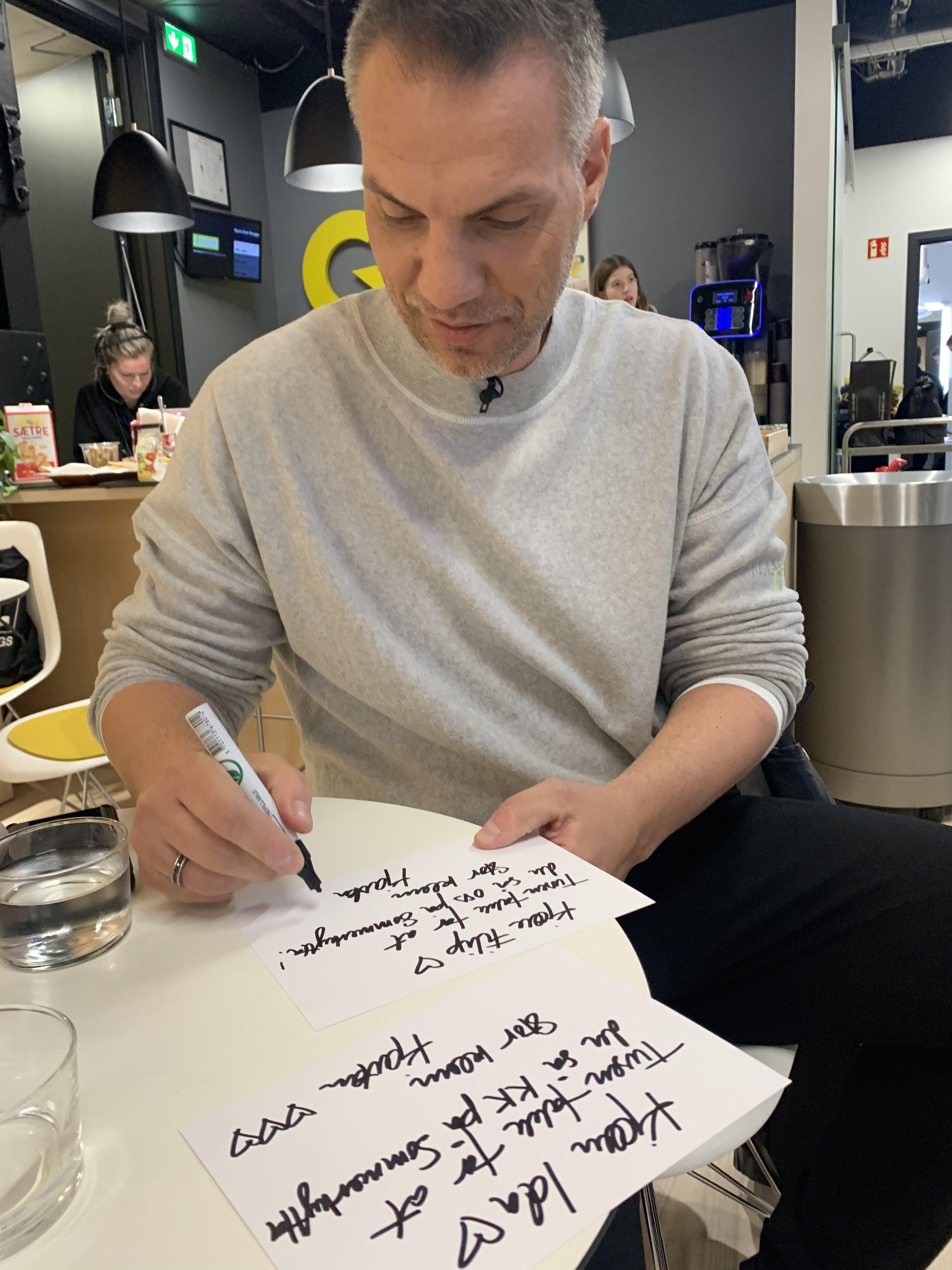 AUTOGRAFSKRIVING: Vi måtte til og med skrive autografer.