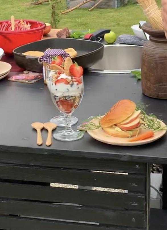 Hamburger av kalvefilet på brioche og coleslaw & vår egen dessert Tilslørte bondegutter.