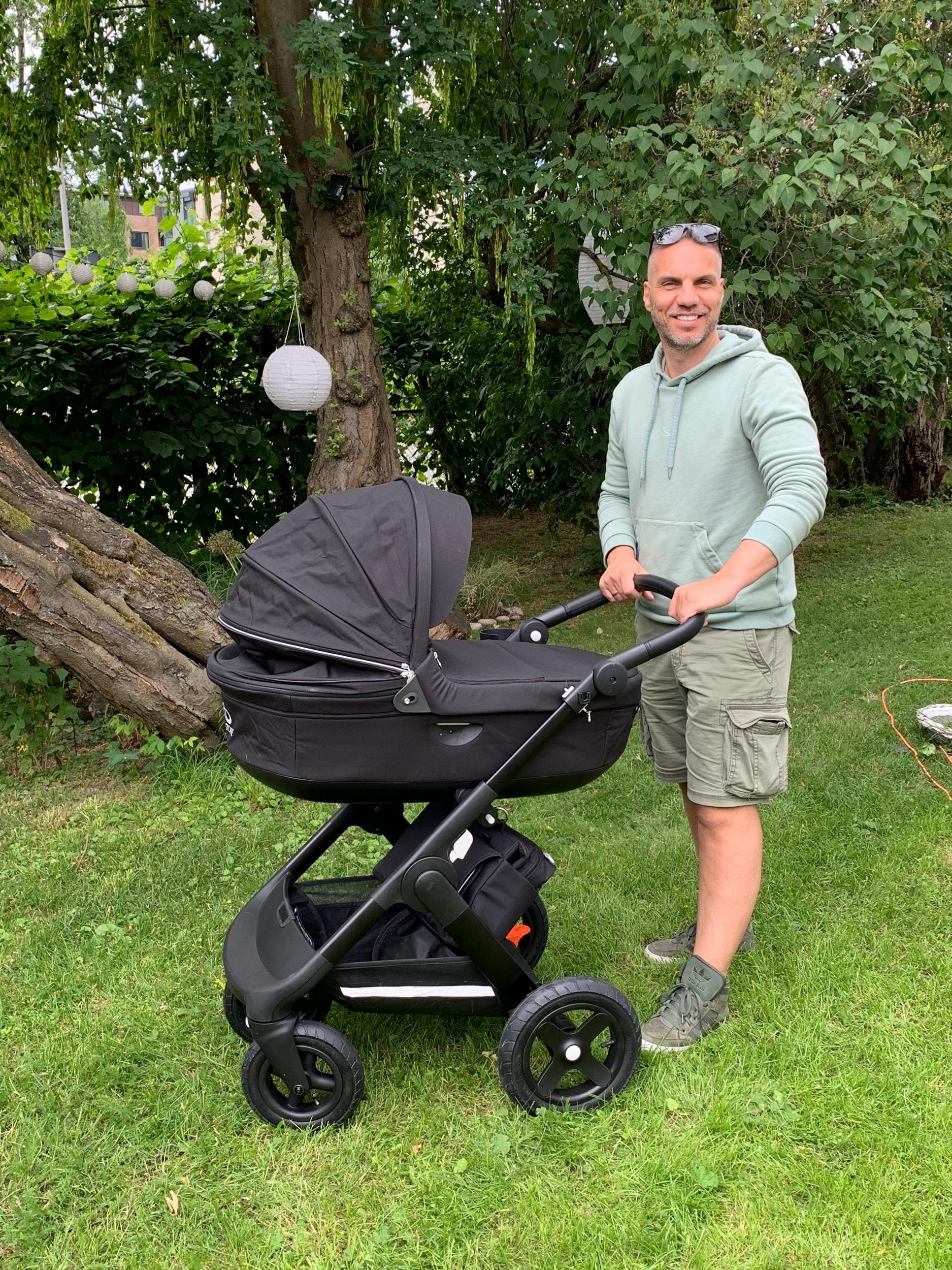 STOR BABY, STOR BARNEVOGN: Vi har kjøpt barnevogn og Kjartan er ute å prøvekjører i hagen.