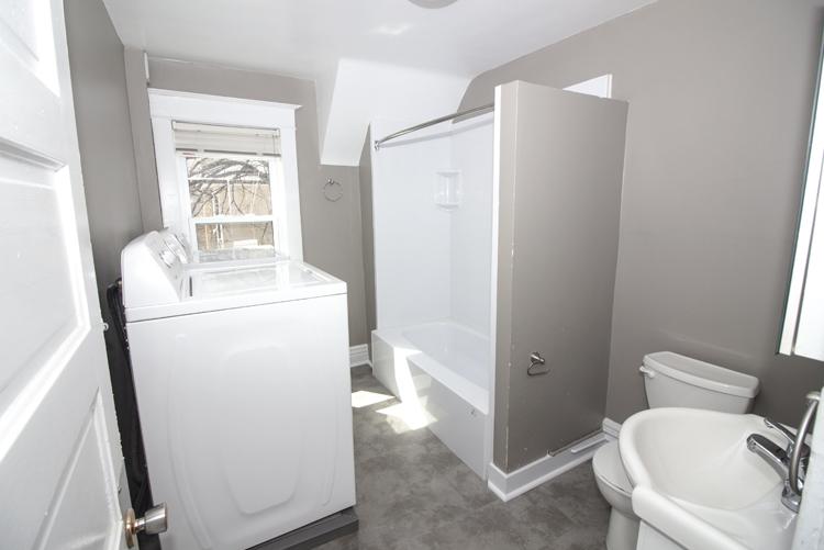 378 Stradbrook_Bathroom_InsuiteLaundry.jpg