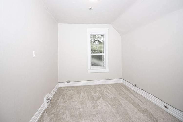 589 Fleet Avenue - Bedroom2.jpg