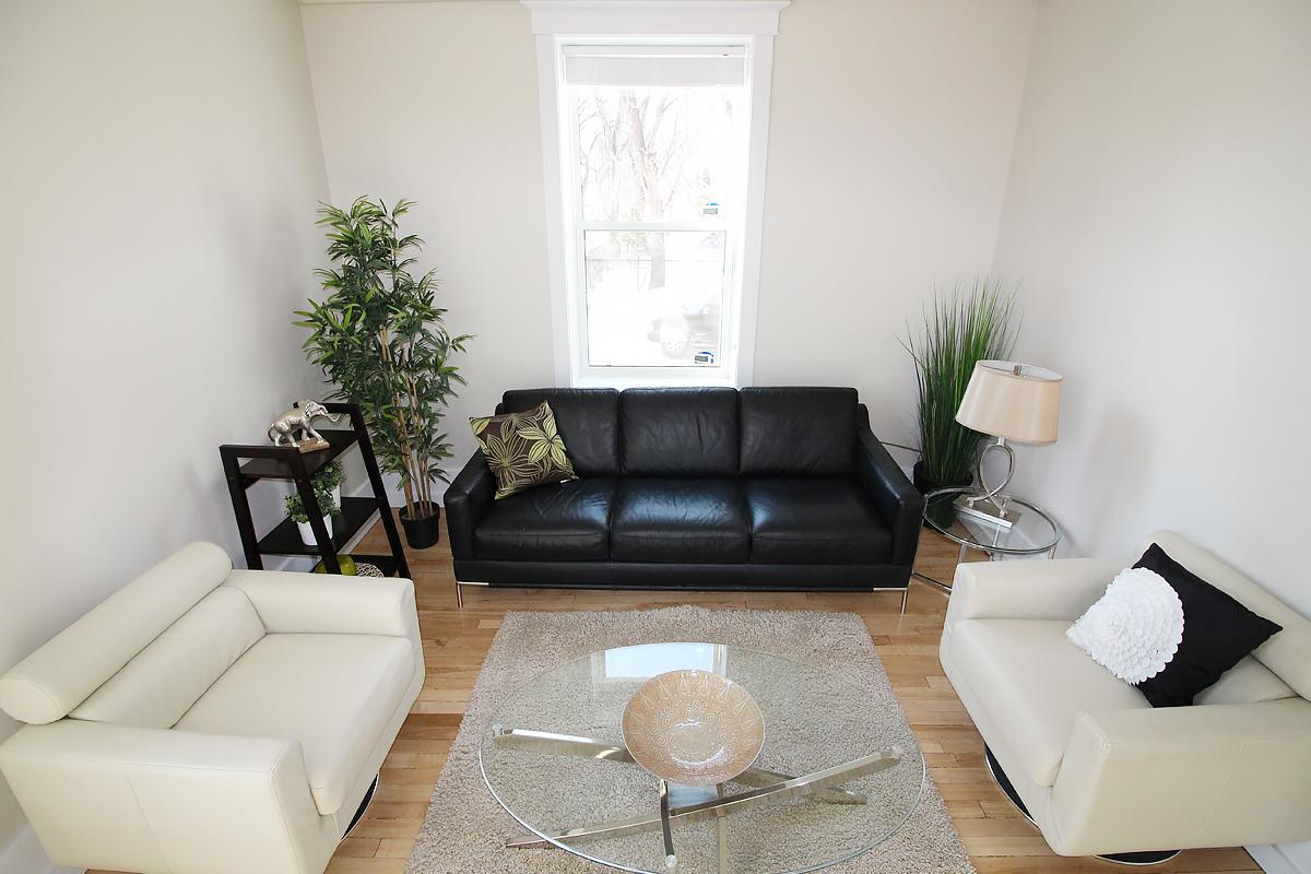 Livingroom Pic 1.jpg