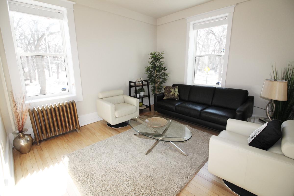 Livingroom Pic 2.jpg