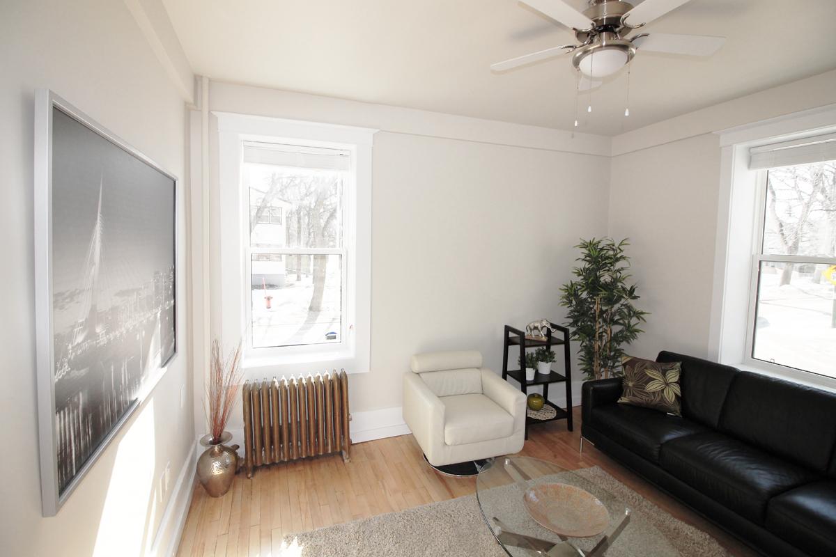 Livingroom Pic 3.jpg