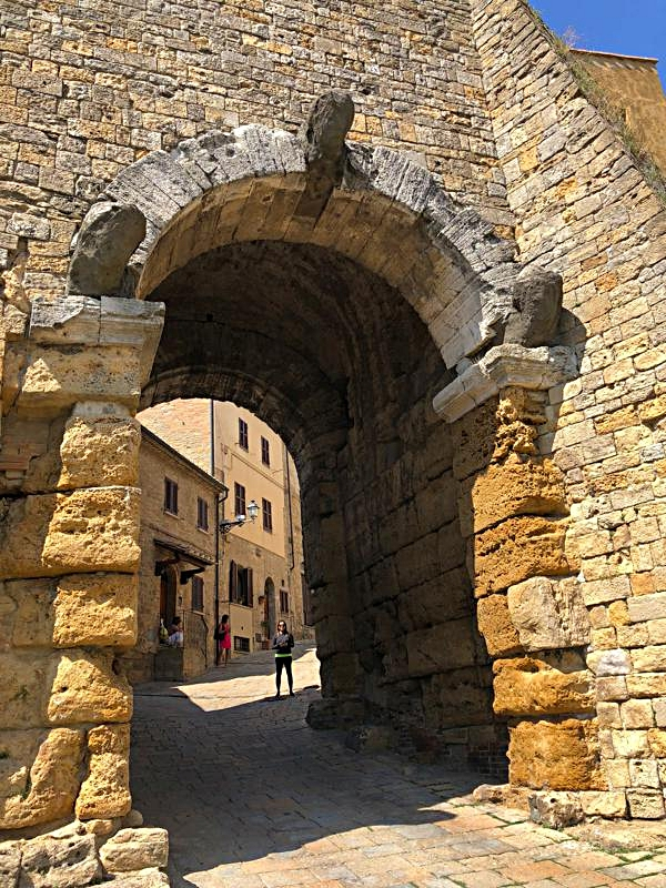 The 3 mysterious heads of the Porta dell' Arco