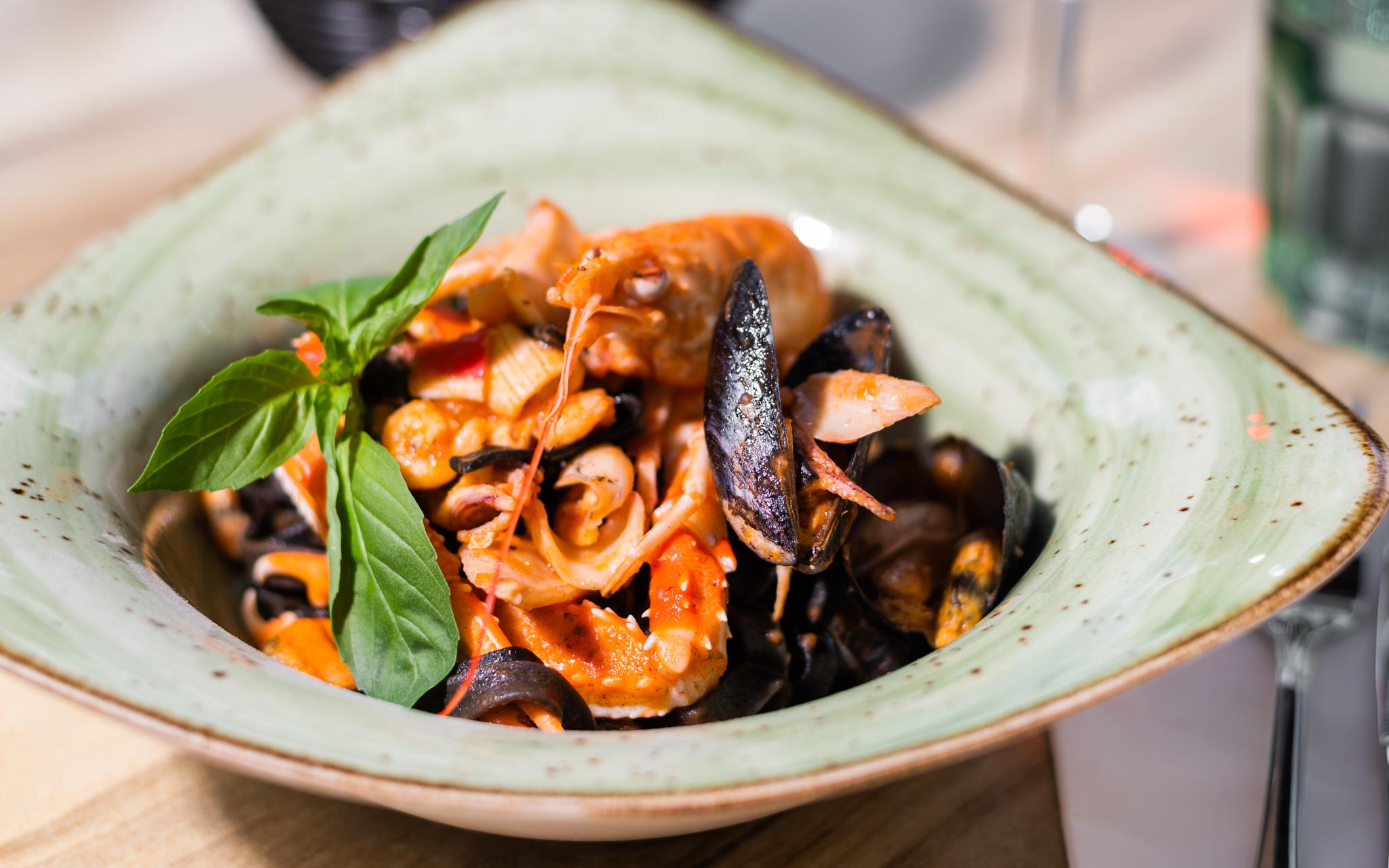 Fettuccine pasta med hele jomfruhummer, jomfruhummerhaler, blæksprutter, blåmuslinger, alt det gode fra havet og frisk basilikum.