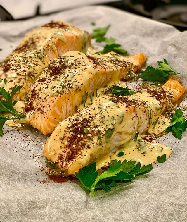 Here is some quick weeknight dinner inspiration... it is on my weekly cooking this week! ✨BAKED SALMON WITH TAHINI DRESSING. ✨ ingredients: 4 even pieces of salmon, 2 tbsp tahini, 2 tbsp olive oil, 1 lemon juiced, 1/4 cup hot water, sumac, 4 tbsp chopped parsley, Spanish onion (finely chopped), salt. ✨ method: place the pieces of salmon onto a baking tray lined with baking paper and place them in the oven at 180 degrees. Leave to cook for 10 to 15 minutes depending on how you like it cooked. In the meantime, in a small bowl add the tahini, olive oil, lemon juice, some salt and hot water. Vigorously mix the ingredients until the mixture becomes smooth and semi runny. (Add more water if it is too thick or tahini if it is too runny!). Remove the salmon from the oven and leave for a couple of minutes, then top with parsley, Spanish onion and then pour the mixture on top. Season with salt, sumac and a drizzle of olive oil. ✨ serve with fresh steamed greens and brown rice. . Now save the recipe and cook!! . #easyrecipes #nutrition #nutritionist #antiinflammatorydiet #fish #health #healthyfood #fitfoodie #nourish #seedoflifehealth