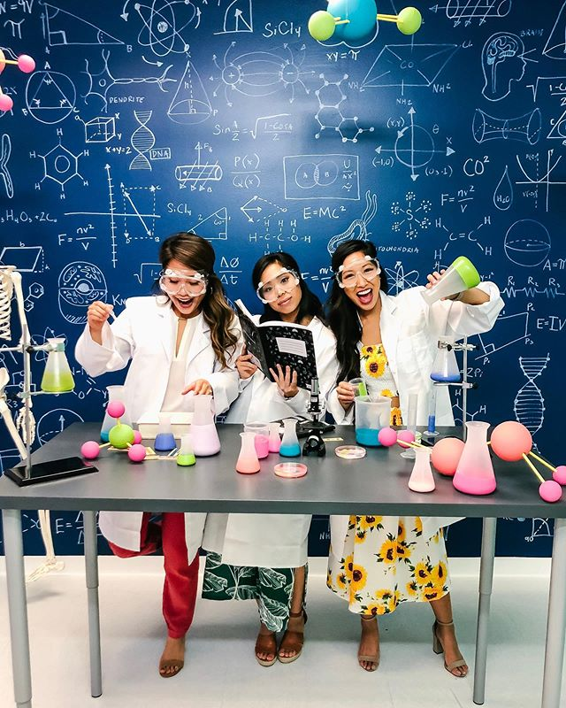 I make horrible science jokes, but only periodically 😝 @thefomofactory was a hit last night! @rachelyouens designed 17 amazing rooms with incredible immersive art! Definitely such a refreshing and fun experience 👩🏻🔬👩🏻🔬👩🏻🔬 #houstonblogger #houstoninfluencer #fomofactory