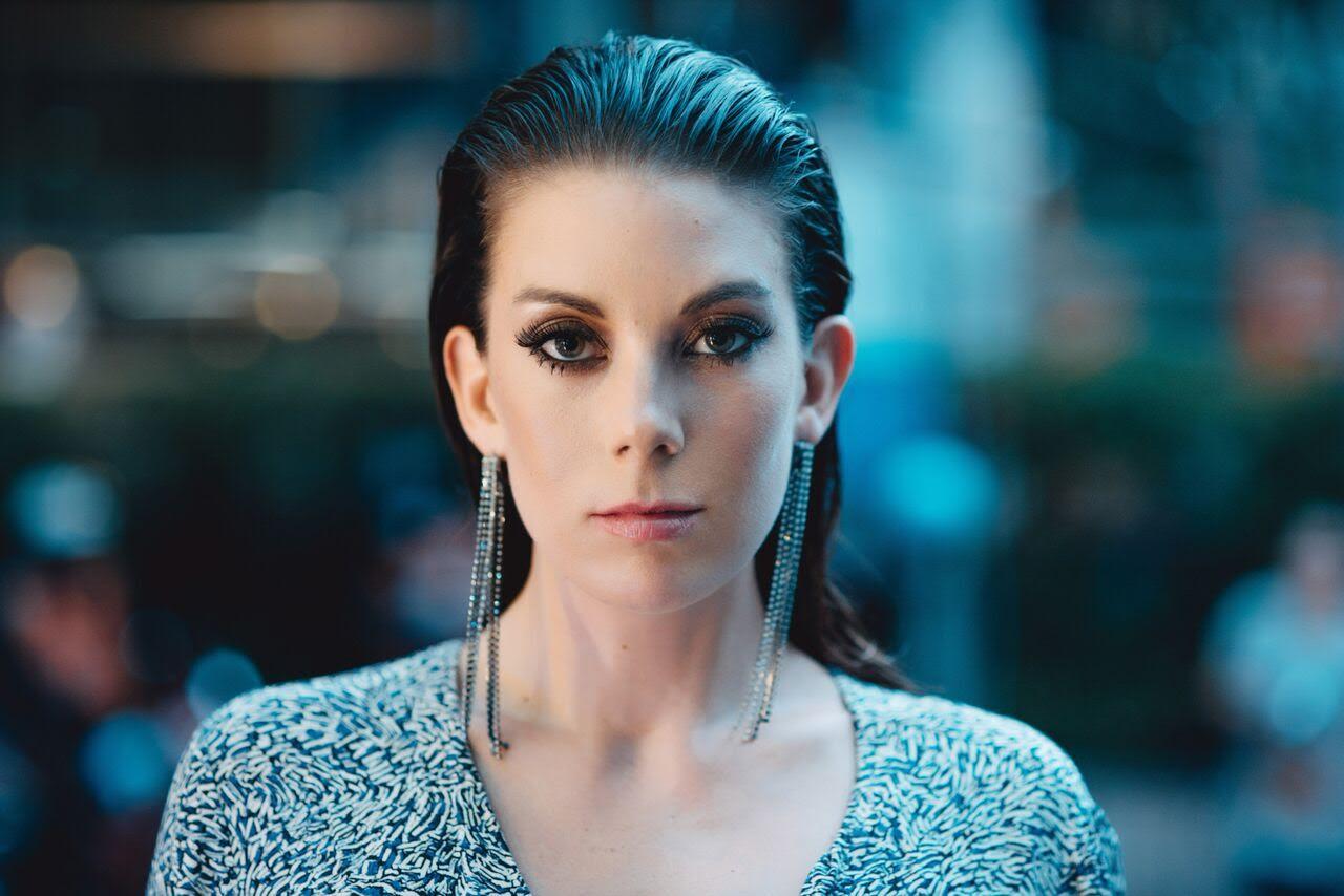 Zoey Jones es la voz de Calling You, el último single compuesto por Rui Da Silva y la artista inglesa, un hit que está copando la cima de las listas desde su salida este mismo septiembre.