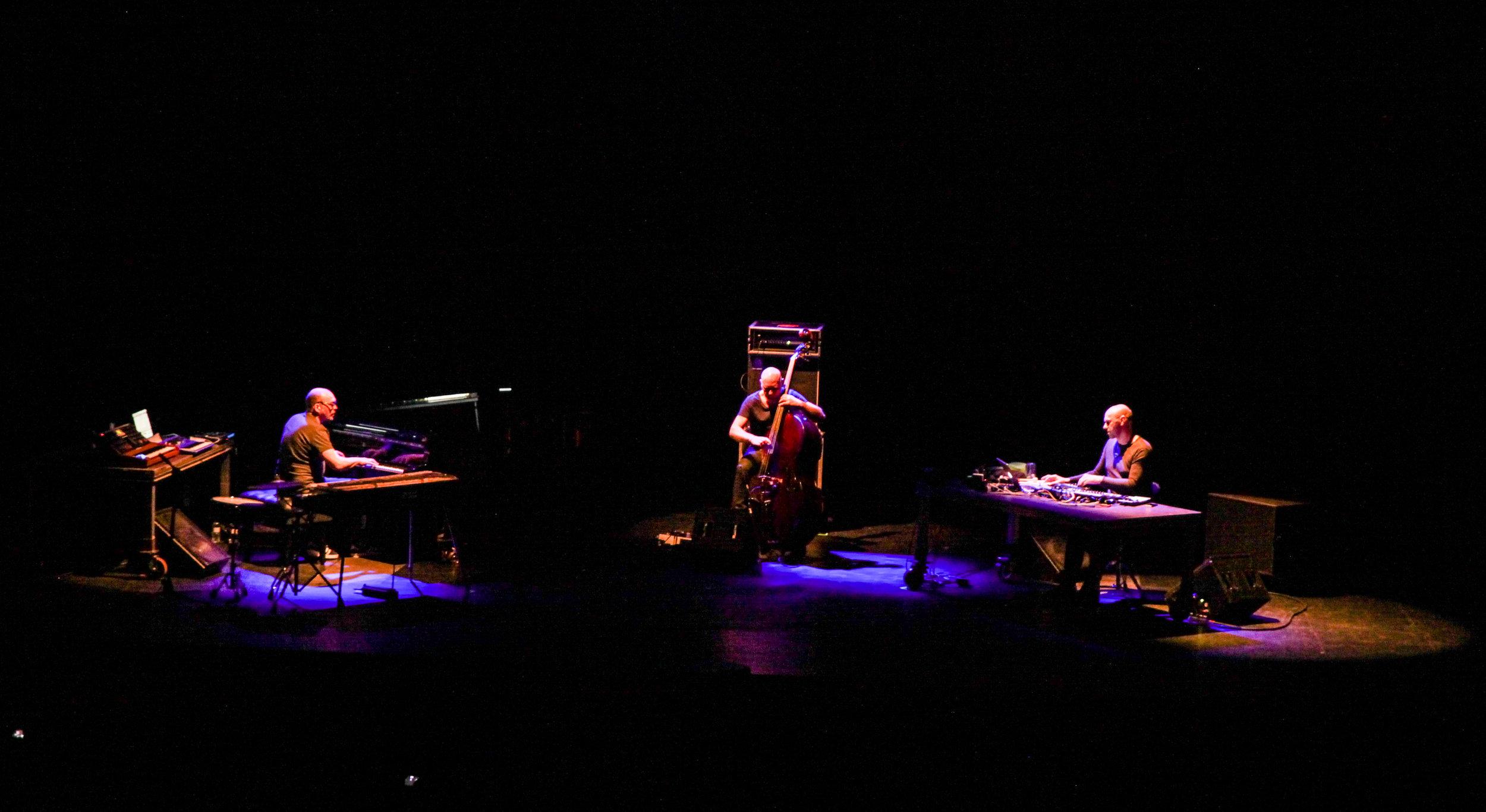 TRIALOGUE (Bugge Wesseltoft, Henrik Schwarz & Dan Berglund). Pic by Marta Vilardell. Lágrimas by Vanity Dust & friends.