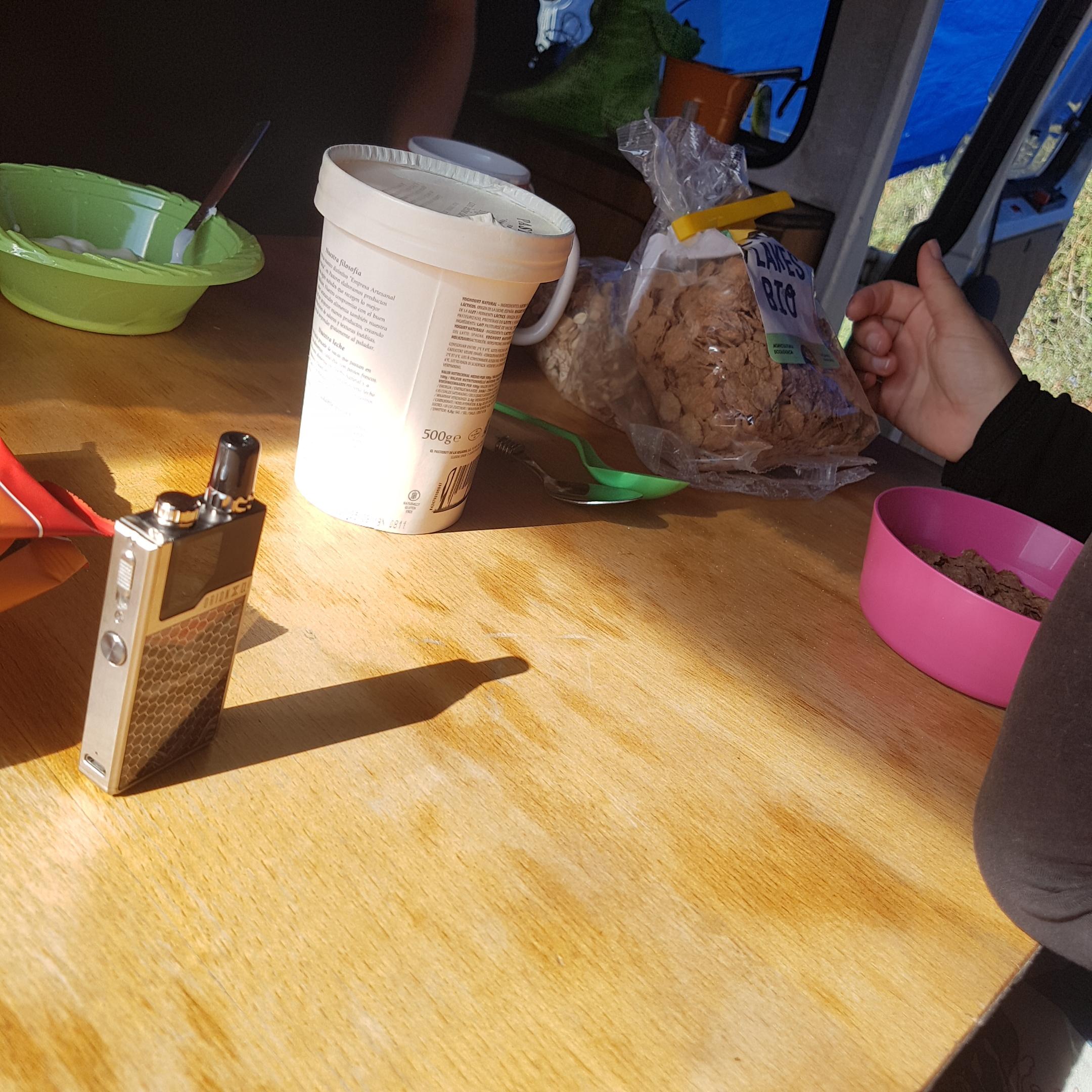 Desayuno healthy + vaping en la Van de la Party Couple.