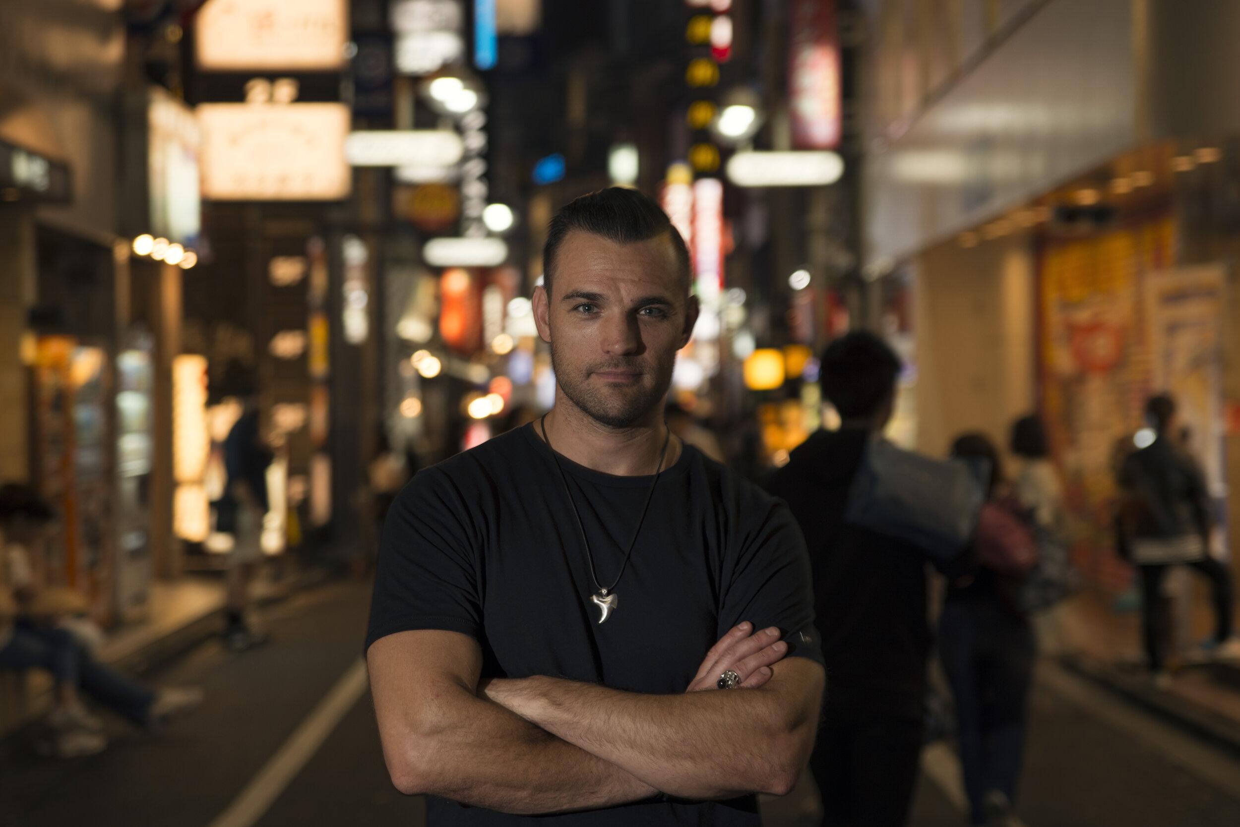 Justin Marchacos, en forma y de mirada convencida, todo un gentleman urbano de la electrónica melódica y classy.