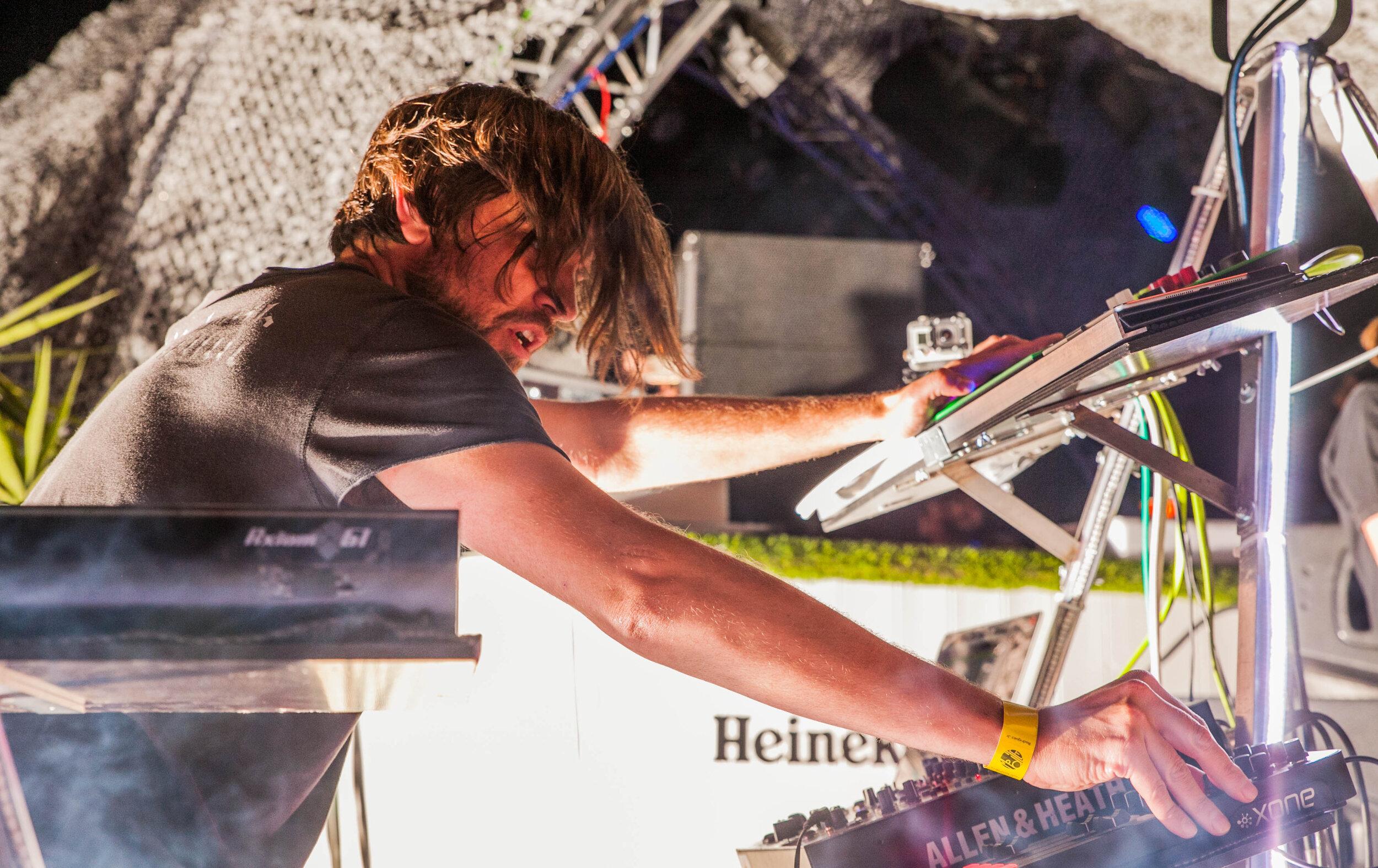 Rodriguez Jr. Live en Barcelona, actuando en su show Visualized con Mobilee Records, 2016.