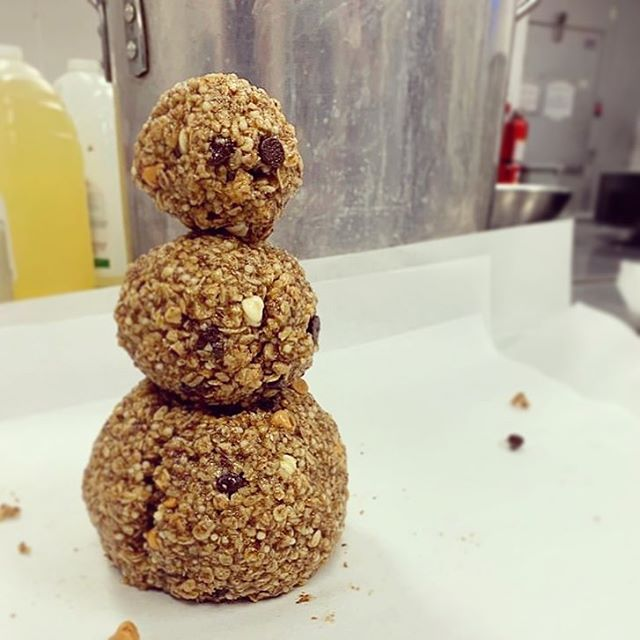 Let's build a *delicious, nutritious, granola* snowman! 📸 & ⛄️ by @modbars #madeindc #madeintastelab #snowday  ________________ #modbars #snowman #granolabar #dceats #snowday