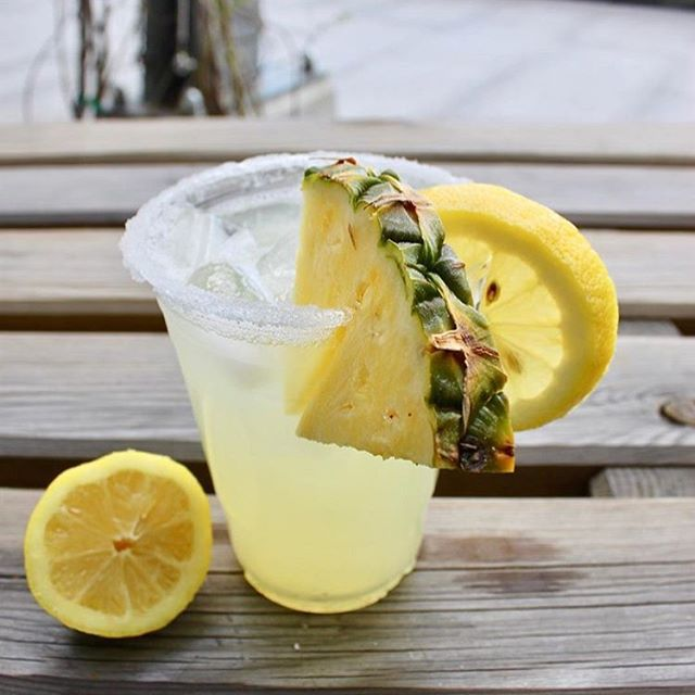TGIF. Ready for the weekend with this @thesaltylemondc peach, pineapple & passion fruit lemonade 😎🍹 #tgif #summerfridays #lemonadeforever #madeattastelab