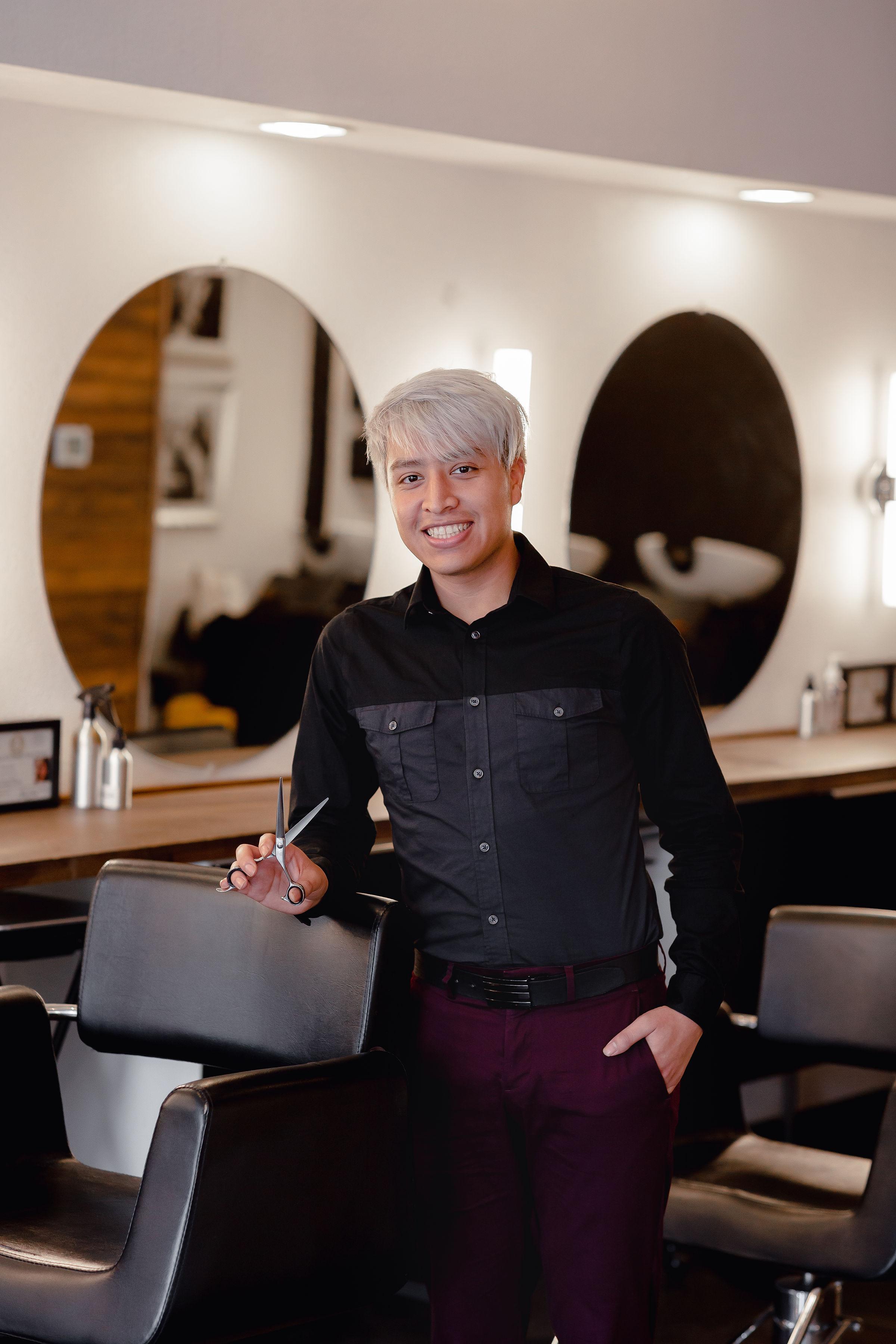 Ricardo Perez - @hairbyxo.rickyJunior Stylist