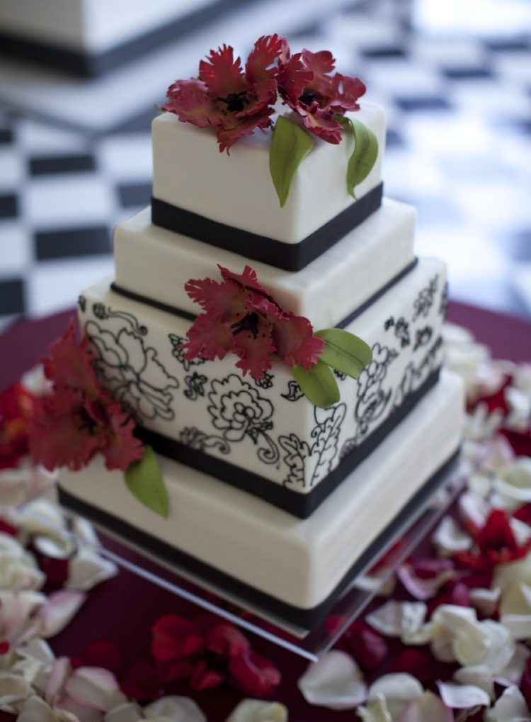 Vivid contrasts are the foundation for the design of this wedding cake