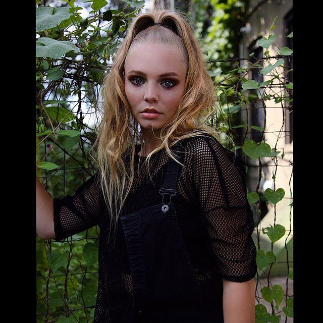 Compliments of my backyard 📸👌🏻 Hair: Me Photographer: @tiffanirosenerlino  Model: @amandaroseee1  Makeup: @xmamelox  #Nyc #Manhattan #Brooklyn #Buswick  #photoshoot #photostudio #independentartist #nycartist #nycstylist #nychair #classic #editorial #ponytail ❤️