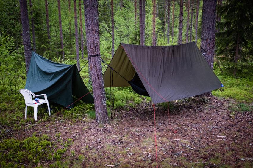 Natt 4: Vi kom sent fram til Finnskogen, og fant et ok sted før syklingen startet dagen etter. Merk at plaststolen ikke var del av oppakningen.