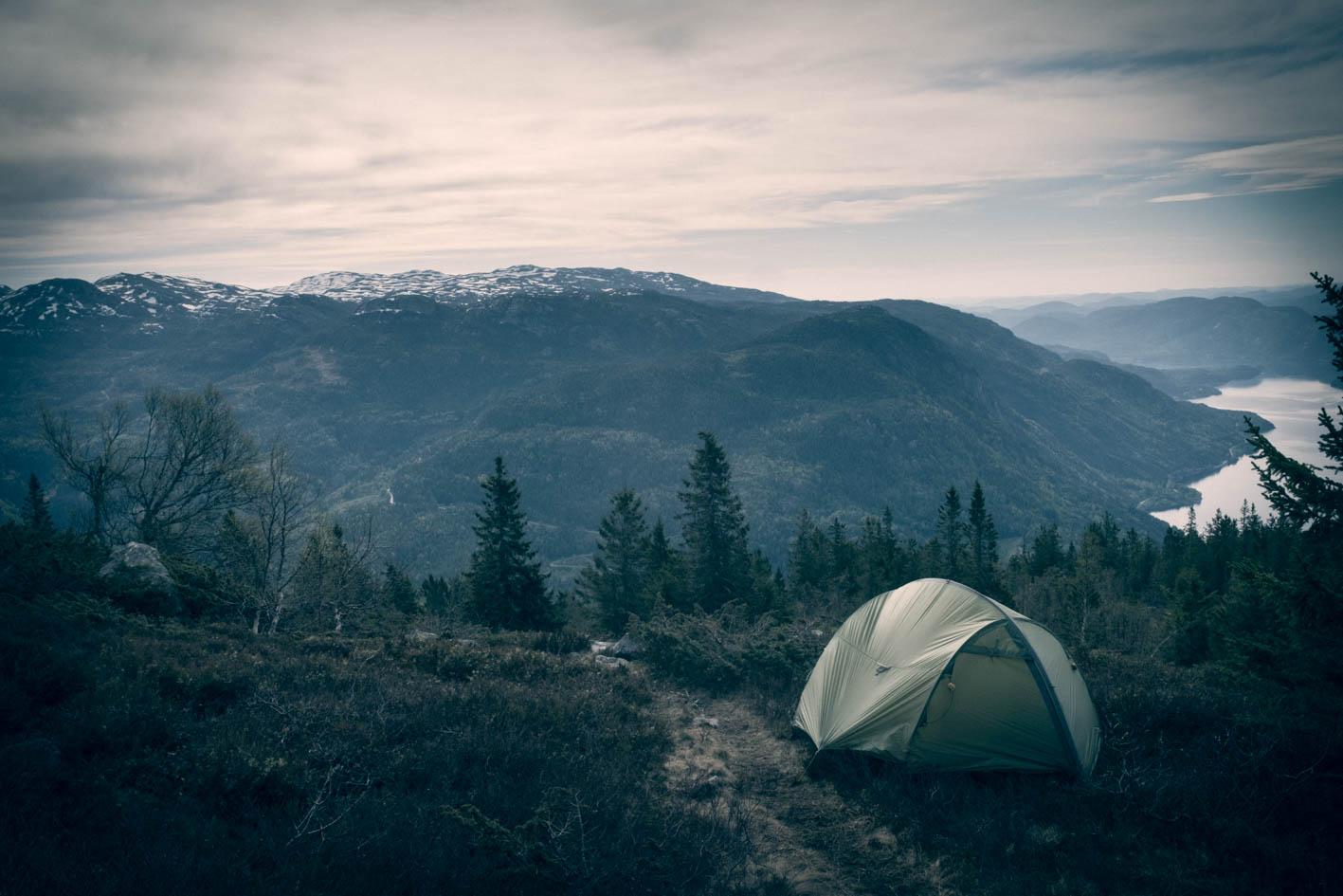 Morgenutsikten er det ikke noe å si på, selv om vinden river i teltduken.