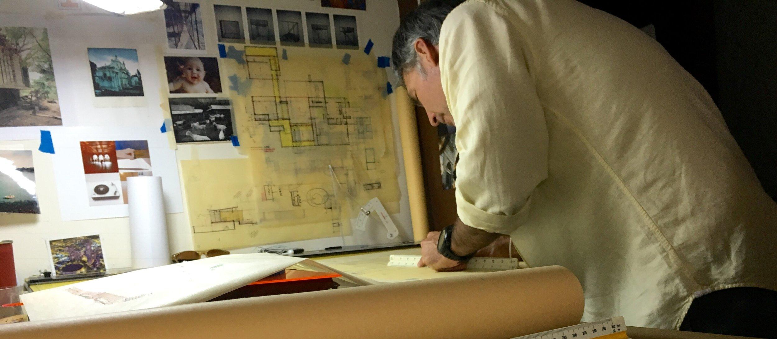 Arq.Javier Cristiani   - Arquitecto Director  Graduado de la Escuela de Arquitectura de la Universidad de Tulane, Nuevo Orleans, con post-grado en Diseño Industrial de Parsons School of Design en Nueva York.