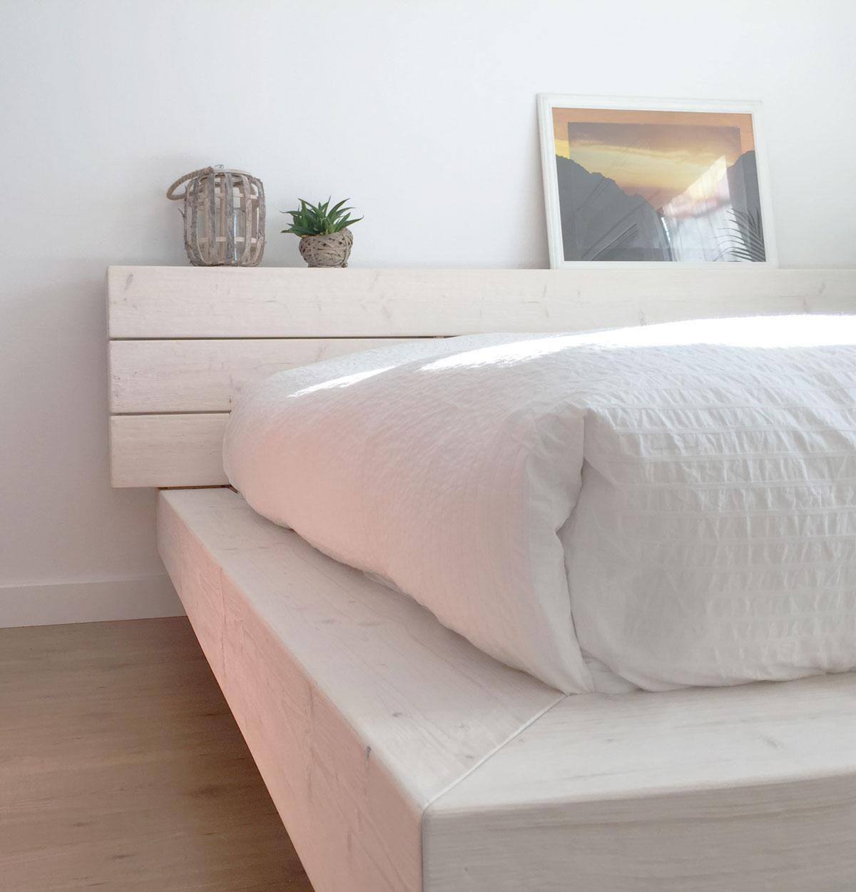 Foto uitsnede van een bedzijde en hoofdeind.