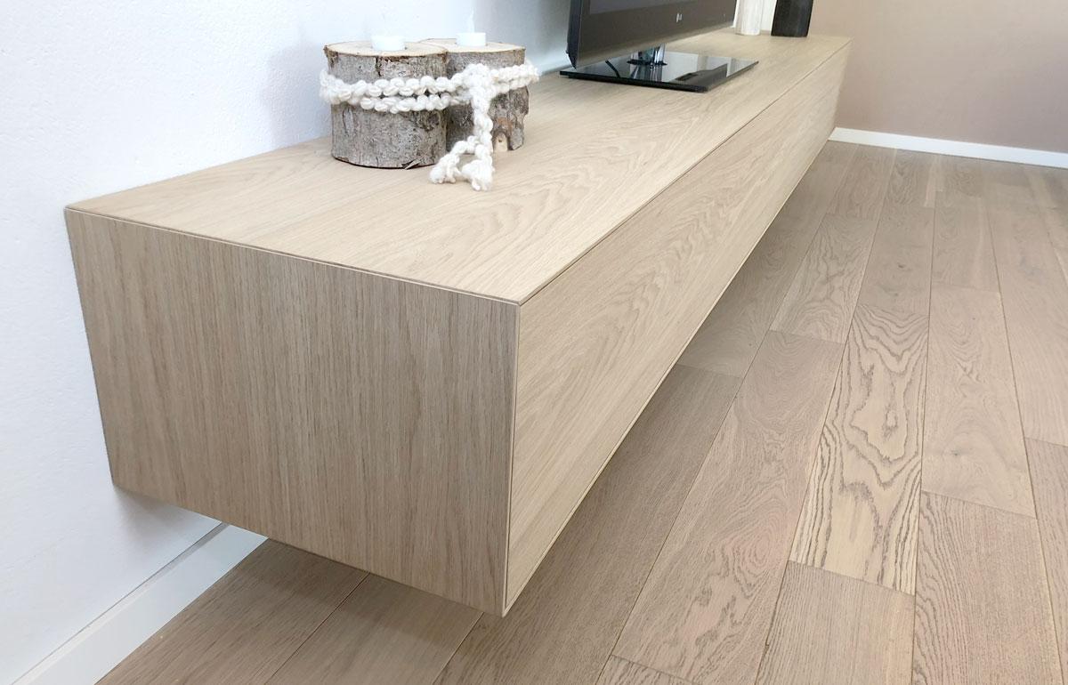 Afbeelding van de zijkant van een TV meubel uitgevoerd in eiken fineer en afgewerkt met natuureffect lak.