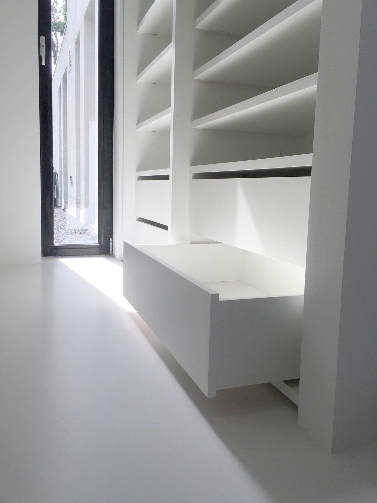 Detailafbeelding van een lade in een design kledingkast uitgelicht met mooi zonlicht.